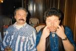 Charlie a Dušan se ksichtí v Městské kavárně v Krnově, 1995